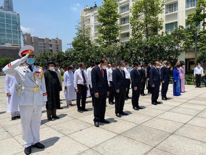 Chủ tịch nước cùng lãnh đạo TP HCM dâng hoa, dâng hương Chủ tịch Hồ Chí Minh - Ảnh 7.