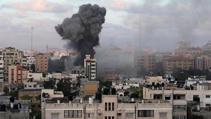 Israel không kích, đại gia đình 40 người chạy tán loạn - Ảnh 1.