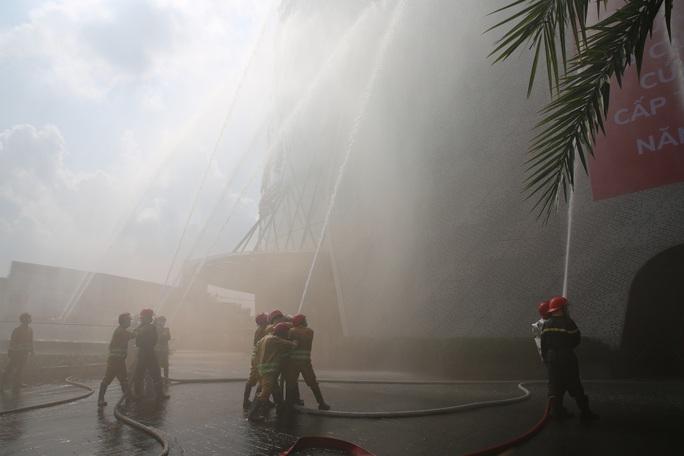 Phương án giải cứu 1.000 người mắc kẹt vì khói, khí độc trong một trung tâm thương mại ở TP Thủ Đức - Ảnh 1.