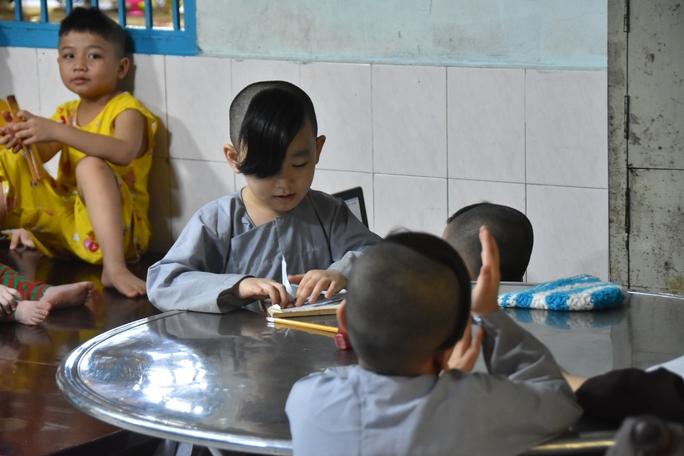 Báo Người Lao Động trao tặng món quà nghĩa tình đến trẻ thơ và người già - Ảnh 3.