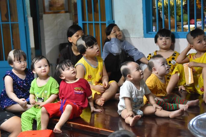 Báo Người Lao Động trao tặng món quà nghĩa tình đến trẻ thơ và người già - Ảnh 4.