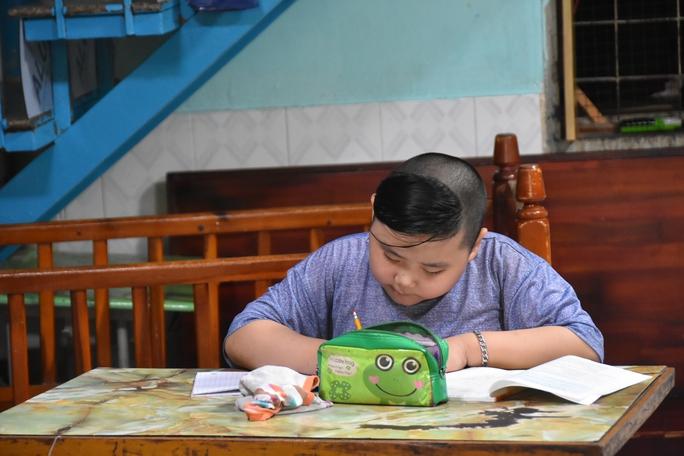 Báo Người Lao Động trao tặng món quà nghĩa tình đến trẻ thơ và người già - Ảnh 2.