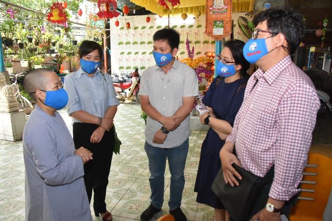 Báo Người Lao Động trao tặng món quà nghĩa tình đến trẻ thơ và người già - Ảnh 5.