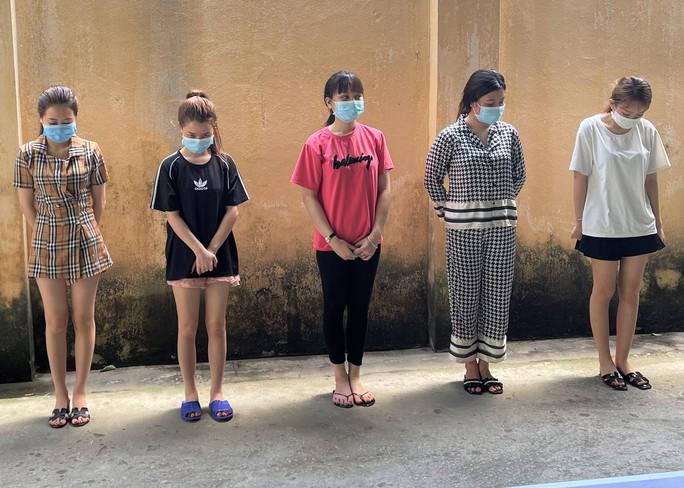 Nghỉ làm do dịch, 5 nữ nhân viên karaoke vào khách sạn thác loạn trong tiệc ma túy - Ảnh 1.