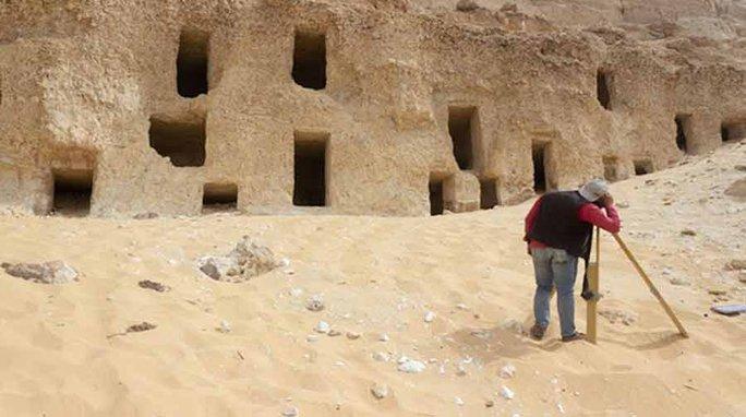 Rùng mình 250 hài cốt niêm phong trên vách núi suốt 4.200 năm - Ảnh 1.