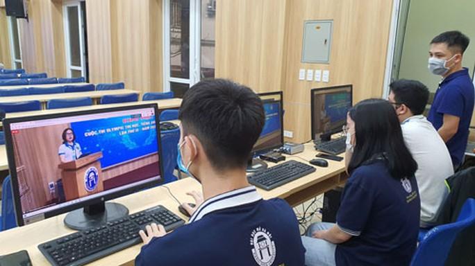 Các trường đại học chuyển sang dạy trực tuyến - Ảnh 1.