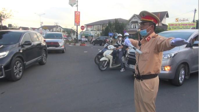 CLIP: Biển người đổ về Đà Lạt nghỉ lễ, Lâm Đồng ra công điện hỏa tốc - Ảnh 4.