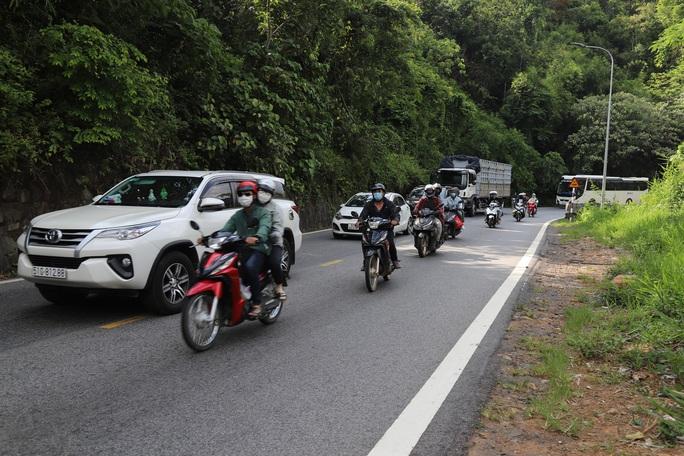 Clip: Đoàn xe du khách nghỉ lễ ùn ùn nối đuôi qua đèo Bảo Lộc - Ảnh 2.