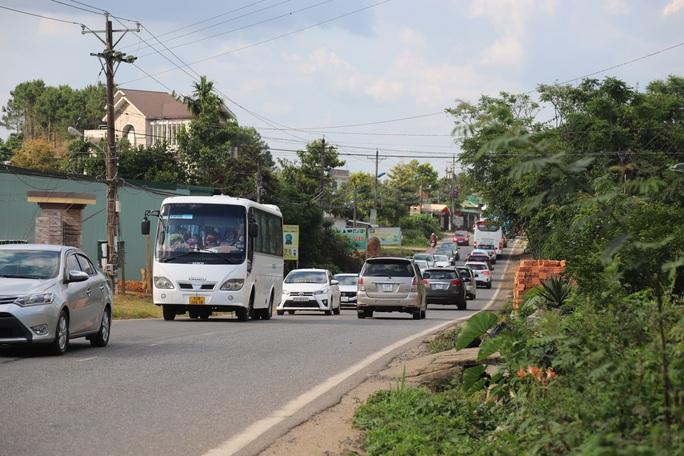 Clip: Đoàn xe du khách nghỉ lễ ùn ùn nối đuôi qua đèo Bảo Lộc - Ảnh 6.