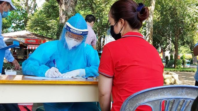 Khoảng 100 người được lấy mẫu xét nghiệm Covid-19 ngẫu nhiên tại Thảo Cầm Viên - Ảnh 1.