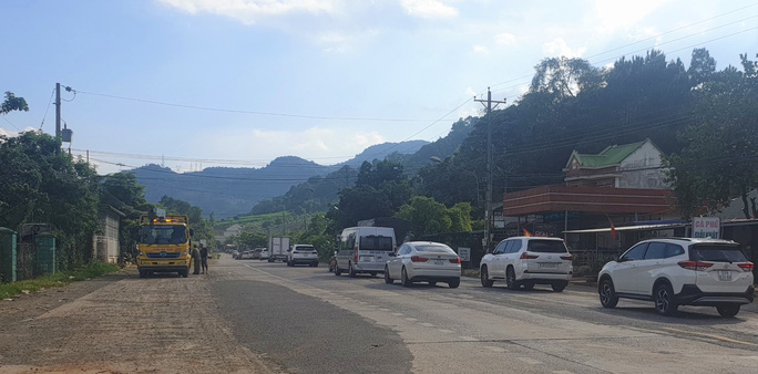 Clip: Đoàn xe du khách nghỉ lễ ùn ùn nối đuôi qua đèo Bảo Lộc - Ảnh 14.