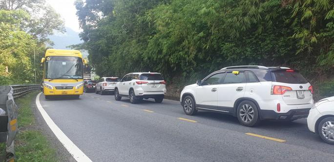 Clip: Đoàn xe du khách nghỉ lễ ùn ùn nối đuôi qua đèo Bảo Lộc - Ảnh 9.