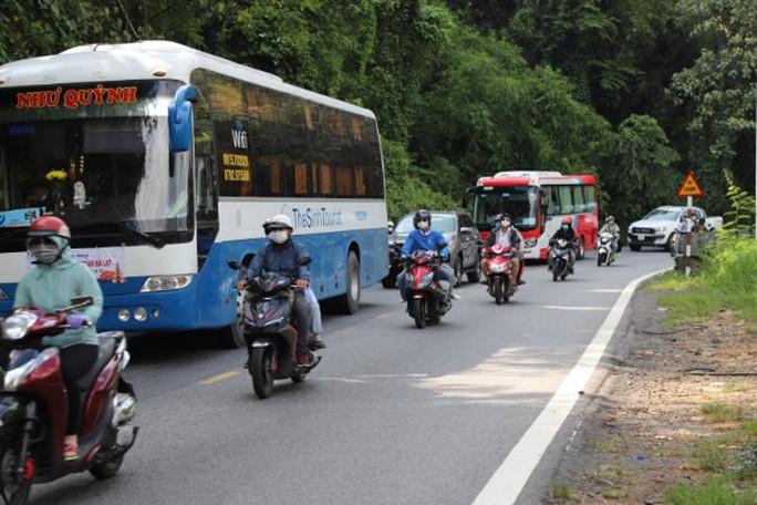 Clip: Đoàn xe du khách nghỉ lễ ùn ùn nối đuôi qua đèo Bảo Lộc - Ảnh 13.