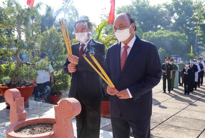 Chủ tịch nước cùng lãnh đạo TP HCM dâng hương, dâng hoa tại di tích Nhà thương Giếng Nước - Ảnh 1.