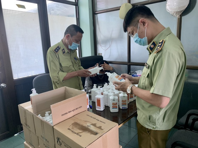 Đột kích kho hàng tại chợ thuốc Hapulico, phát hiện lô nước sát khuẩn giả mạo - Ảnh 1.