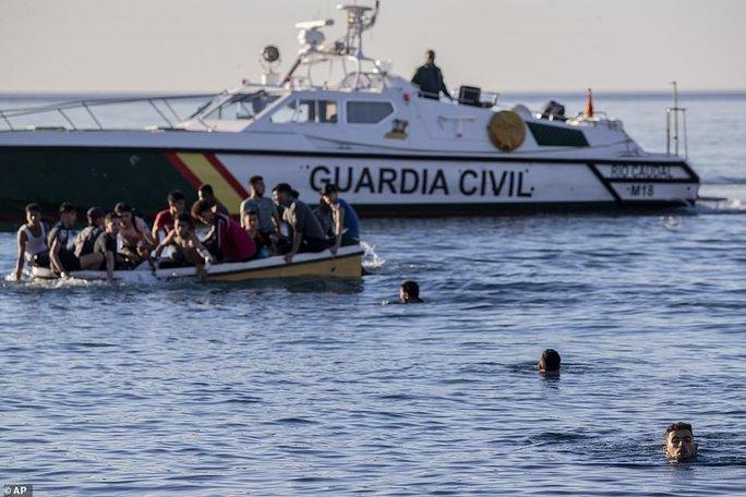 Tây Ban Nha: Thót tim hình ảnh bé trai được cứu từ dòng nước lạnh giá - Ảnh 6.