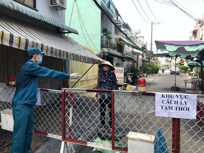 Liên quan ca nghi mắc Covid-19 tại TP HCM: Phong tỏa 72 hộ dân ở Bình Tân - Ảnh 5.
