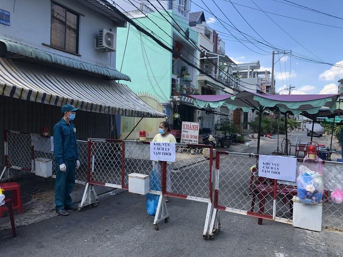 Liên quan ca nghi mắc Covid-19 tại TP HCM: Phong tỏa 72 hộ dân ở Bình Tân - Ảnh 2.