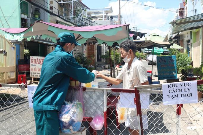 Liên quan ca nghi mắc Covid-19 tại TP HCM: Phong tỏa 72 hộ dân ở Bình Tân - Ảnh 4.