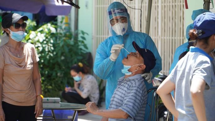 Liên quan ca nghi mắc Covid-19 tại TP HCM: Phong tỏa 72 hộ dân ở Bình Tân - Ảnh 6.
