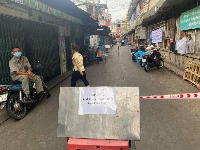 Kết quả xét nghiệm âm tính, gỡ phong tỏa chợ Phú Nhuận - Ảnh 1.