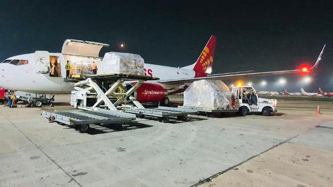 Chuyến hàng viện trợ đầu tiên của Việt Nam đến Ấn Độ - Ảnh 1.
