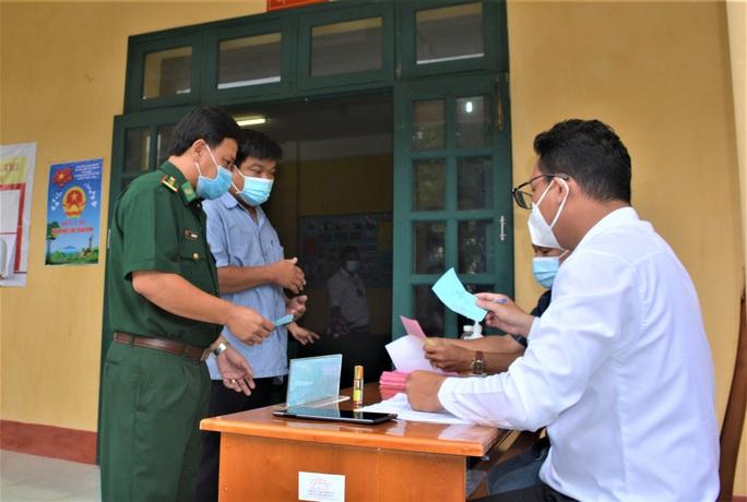 Hình 4 Cử tri tại đảo Hòn Khoai nhận phiếu bầu và tiến hành bầu cử sớm. (1)