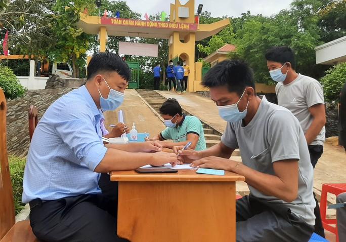 Hình 5 Cử tri tại đảo Hòn Khoai nhận phiếu bầu và tiến hành bầu cử sớm. (1)