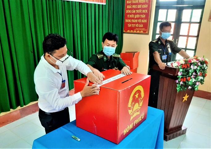 Hình 6 Cử tri tại đảo Hòn Khoai nhận phiếu bầu và tiến hành bầu cử sớm. (1)