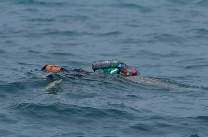 Câu nói nhói lòng của cậu bé di cư bơi qua biển bằng chai nhựa rỗng - Ảnh 1.