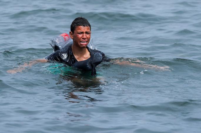 Câu nói nhói lòng của cậu bé di cư bơi qua biển bằng chai nhựa rỗng - Ảnh 2.