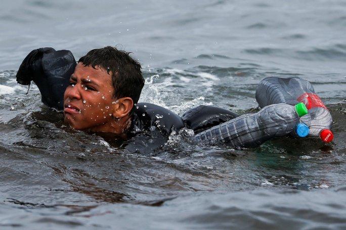 Câu nói nhói lòng của cậu bé di cư bơi qua biển bằng chai nhựa rỗng - Ảnh 3.