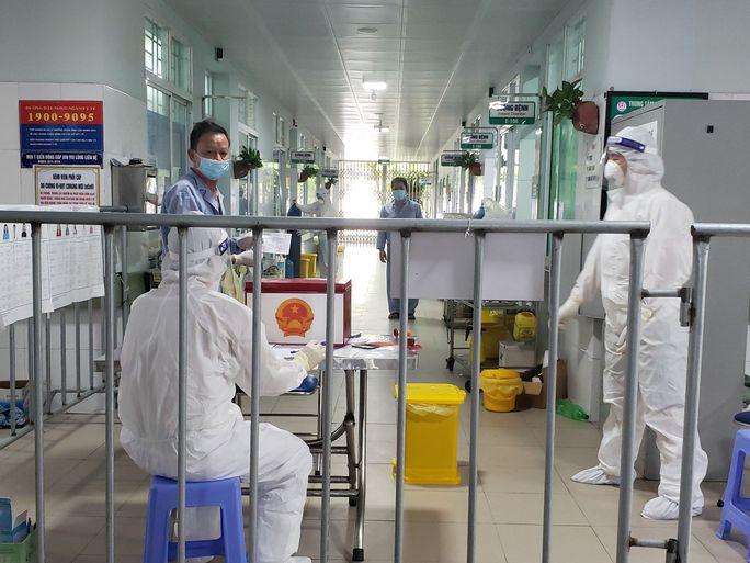 Cận cảnh bệnh nhân Covid-19 bỏ phiếu bầu cử trong bệnh viện dã chiến - Ảnh 2.