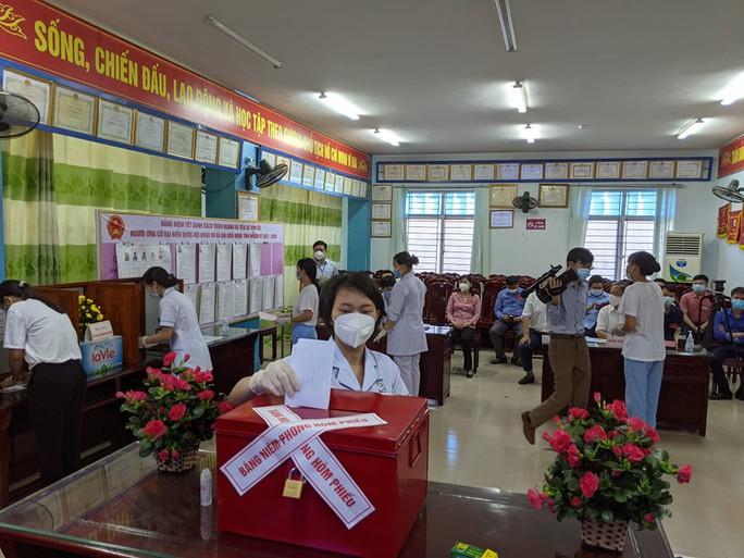 Cận cảnh bệnh nhân Covid-19 bỏ phiếu bầu cử trong bệnh viện dã chiến - Ảnh 8.