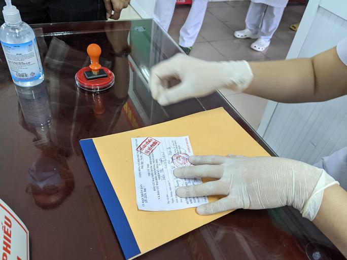 Cận cảnh bệnh nhân Covid-19 bỏ phiếu bầu cử trong bệnh viện dã chiến - Ảnh 9.