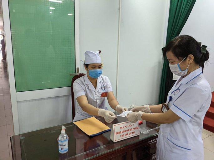 Cận cảnh bệnh nhân Covid-19 bỏ phiếu bầu cử trong bệnh viện dã chiến - Ảnh 10.