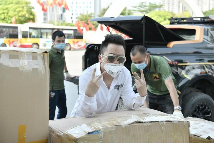 Ca sĩ Tùng Dương trao 460 triệu đồng ủng hộ Bắc Ninh, Bắc Giang - Ảnh 4.
