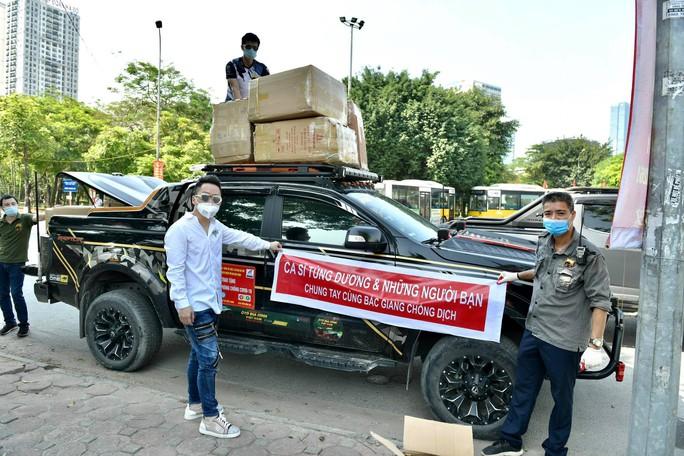 Ca sĩ Tùng Dương trao 460 triệu đồng ủng hộ Bắc Ninh, Bắc Giang - Ảnh 1.