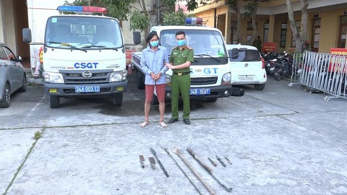 Kẻ có tiền án giết người đâm thượng tá phó công an huyện bị thương - Ảnh 2.
