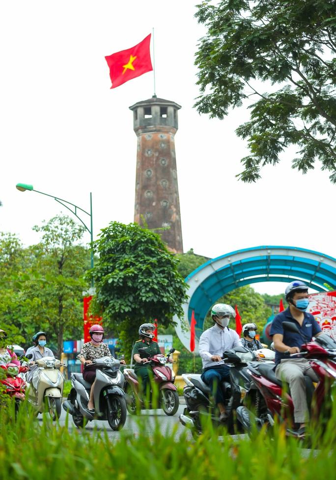 Cận cảnh Hà Nội rực rỡ trước ngày bầu cử - Ảnh 9.