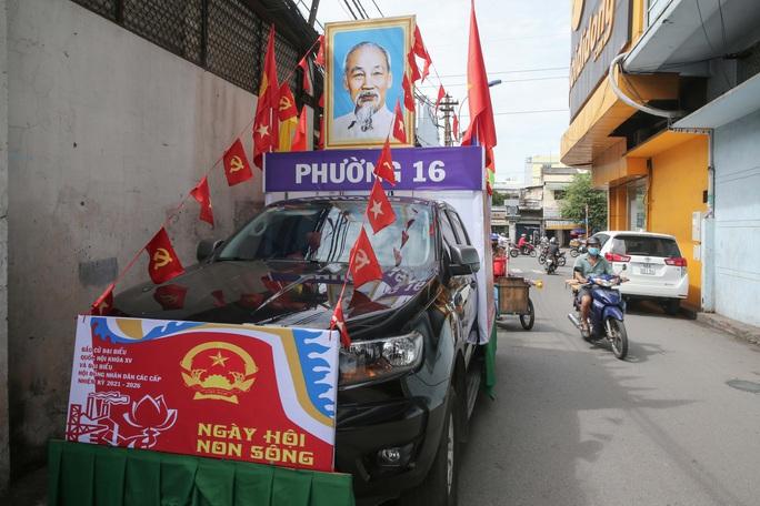 Đường phố TP HCM rực rỡ trước ngày bầu cử 23-5 - Ảnh 11.
