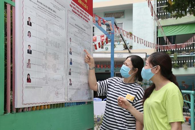 Đường phố TP HCM rực rỡ trước ngày bầu cử 23-5 - Ảnh 8.