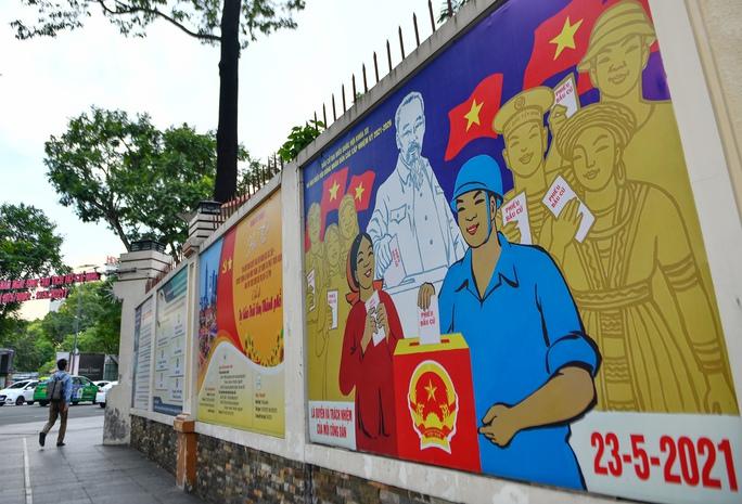 Đường phố TP HCM rực rỡ trước ngày bầu cử 23-5 - Ảnh 1.