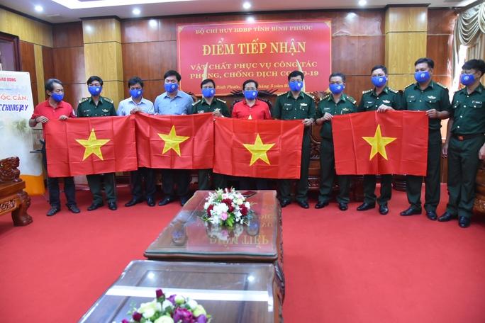 Cờ Tổ quốc biên cương đến với vùng biên giới Bình Phước - Ảnh 1.