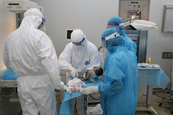 Sản phụ hiếm muộn mắc Covid-19 bị suy hô hấp phải mổ lấy thai - Ảnh 2.