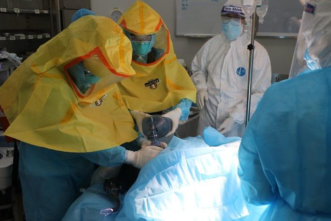 Sản phụ hiếm muộn mắc Covid-19 bị suy hô hấp phải mổ lấy thai - Ảnh 1.