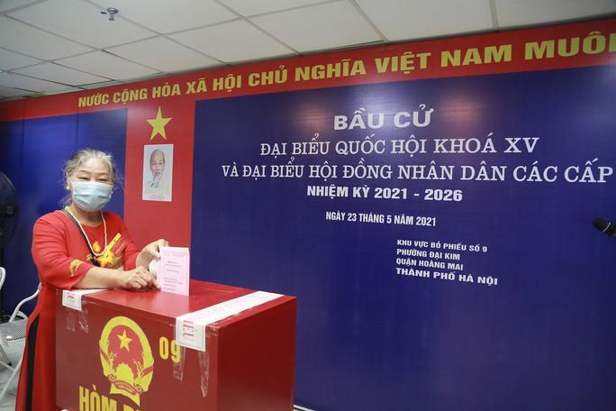 Cử tri Hà Nội náo nức đi bỏ phiếu bầu cử - Ảnh 15.