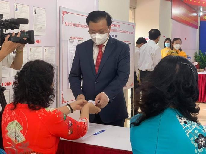 Cử tri Hà Nội náo nức đi bỏ phiếu bầu cử - Ảnh 5.