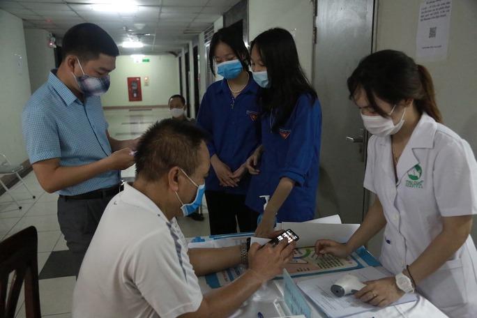 Cử tri Hà Nội náo nức đi bỏ phiếu bầu cử - Ảnh 17.
