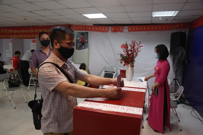 Cử tri Hà Nội náo nức đi bỏ phiếu bầu cử - Ảnh 18.